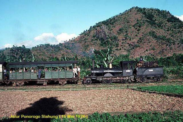 Jalur kereta dimulai dari Stasiun Madiun hingga Stasiun Slahung Ponorogo.