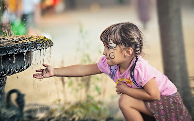 fountain-child-girl-photo-wallpaper-1920x1200