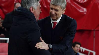 Pelatih Bayern Munich Carlo Ancelotti (kiri) bersalaman dengan manajer Arsenal Arsene Wenger. Ben STANSALL / AFP updetails.com