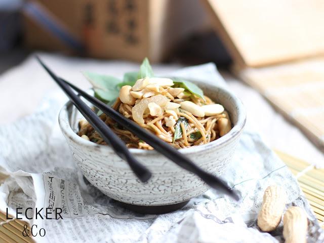 asia, asiatischer nudelsalat, vegan, vegetarisch, veganer salat,  veganer nudelsalat, thaibasilikum, asiatisch, asia style, nudeln, erdnüsse, salat mit nüssen, salat zum grillen