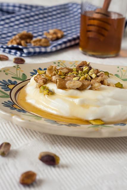 Grčki jogurt sa medom i orasima i pistaćima