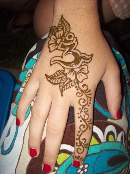henna hand tattoo 4