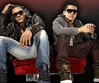 Foto del dúo Dyland y Lenny posando sentados