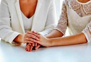 Una madre y su hija enfrentan cargos de incesto luego de que las autoridades se enteraran que se casaron legalmente este año en Oklahoma, y que la madre se casó con su hijo unos años atrás.
