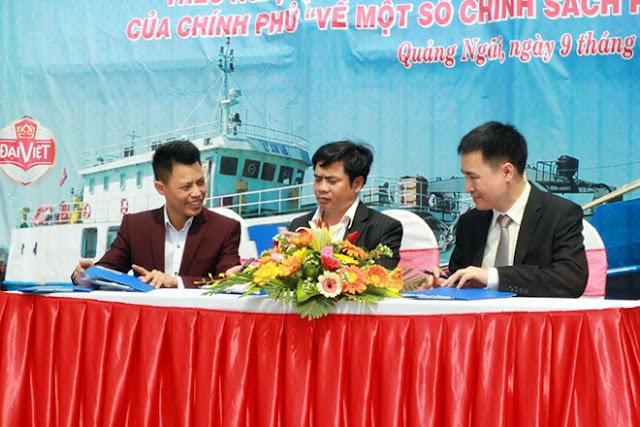 Ông Trần Văn Trà – Phó Tổng giám đốc Tập đoàn Hương Sen (phải) ký kết cung ứng đồ uống cho tàu Lý Sơn 168.