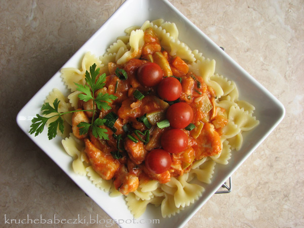 Kurczak z cukinią w pomidorach i makaron Mamma Mia :)