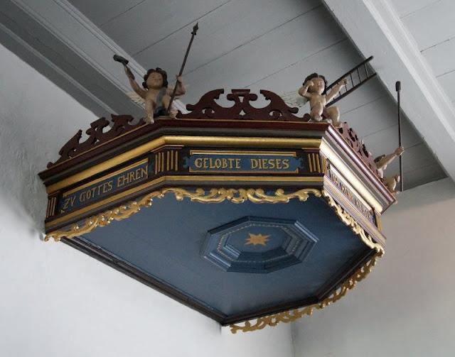 Ein Tagesausflug nach Kegnæs. Die Kanzel in der Kirche und ihr Stundenglas sind einen Besuch wert!