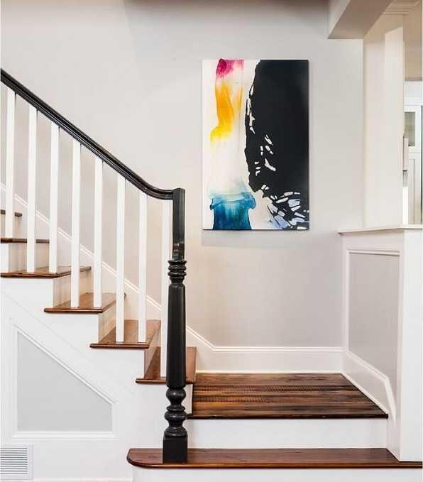 Trang trí tường cầu thang bằng tranh treo