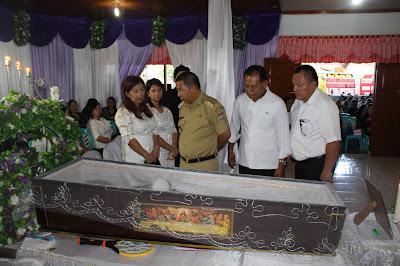 Bupati melayat ke rumah duka didampingi ketua DPRD Mitra Taviv Watuseke dan anggota Sammy Pongilatan.