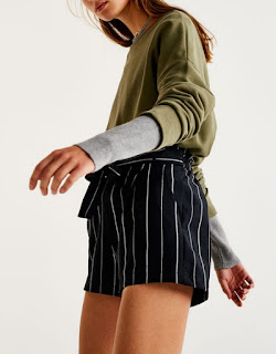 https://www.pullandbear.com/fr/femme/nouveaut%C3%A9s/short-tailoring-rayures-ceinture-nou%C3%A9e-c1030017536p500342625.html#401