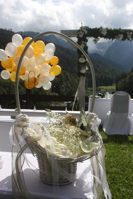 Trauung auf der Bergwiese - Gold und Weiß, goldene Sommerhochzeit im Riessersee Hotel Garmisch-Partenkirchen, gold white wedding in Garmisch, Bavaria, lake-side, summer wedding