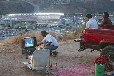 Fernsehen und Bier trinken mit Freunden