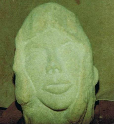 tête de femme en pierre de pongre granitée. Par Jean Papini