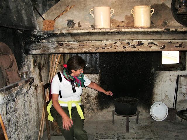 L'interno della cucina di una casa Kodra a Civita in Calabria