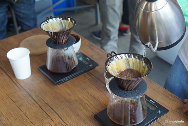 Meracik kopi di Museum Sandi