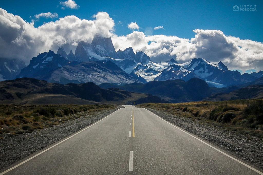 Droga do El Chalten w Argentynie z widokiem na Górę Fitzroy