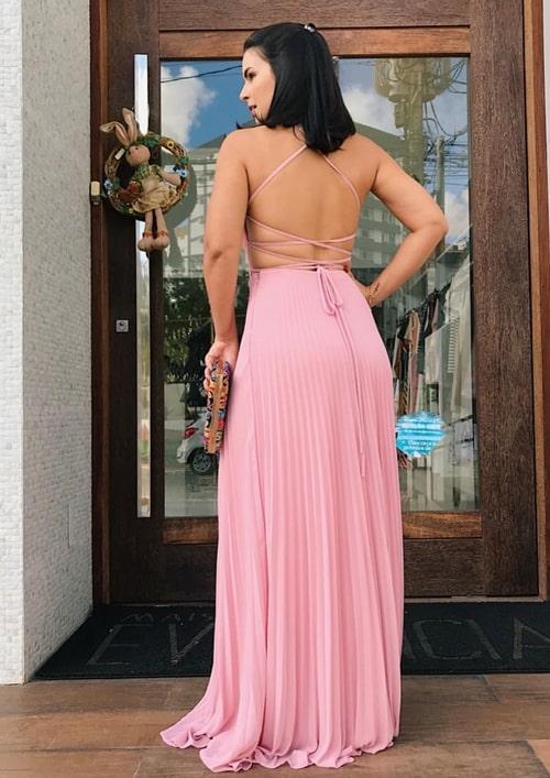 vestido de festa longo rosa com decote nas costas e saia plissada