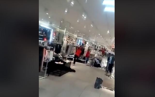 Beberapa Pemuda Yang Diduga Gila Mengobrak-abrik Toko Baju Di Mall