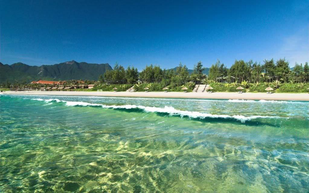 Bãi tắm nước xanh như ngọc tại vịnh Lăng Cô