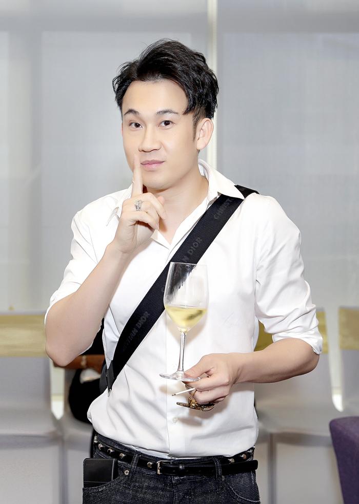 Ca sĩ Dương Triệu Vũ giản dị trong chiếcáo sơ mi trắng.