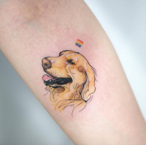 Este pequeno golden retriever tatuagem no antebraço