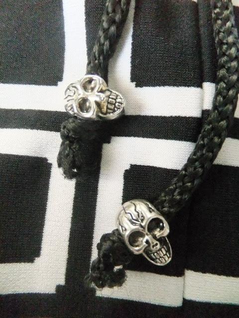 Carmenshirt mit Totenköpfen