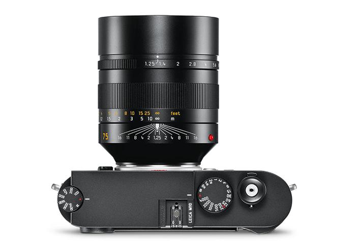 Объектив Leica Noctilux-M 75mm f/1.25 Asph установлен на камеру Leica M10, вид сверху