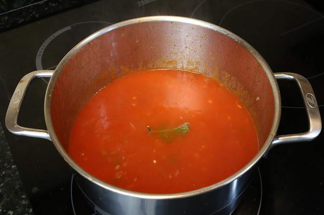 Preparación de sopa de tomate con almejas