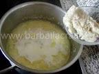 Supa de usturoi preparare reteta - punem miezul de paine