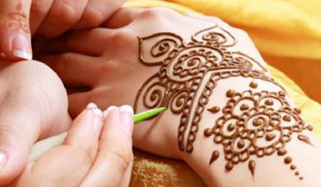 how to easily to make henna designs for oneself-easy henna designs step by step-easy henna designs for beginners-easy henna designs for hands