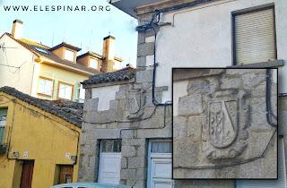 """Escudo de piedra, en edificio """"Hermanos Maricalva"""""""