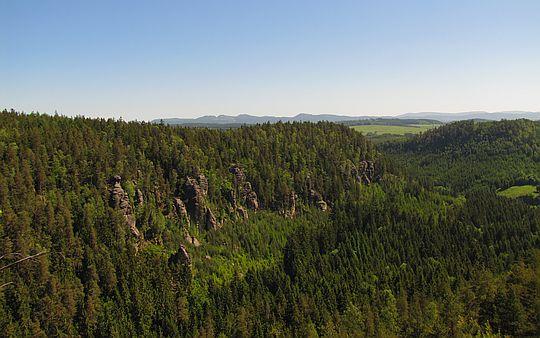 Formacje skalne na stoku wzniesienia Koňský hřbet (647 m n.p.m.).