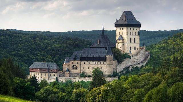 Castelo de Karlstejn em Praga na República Checa