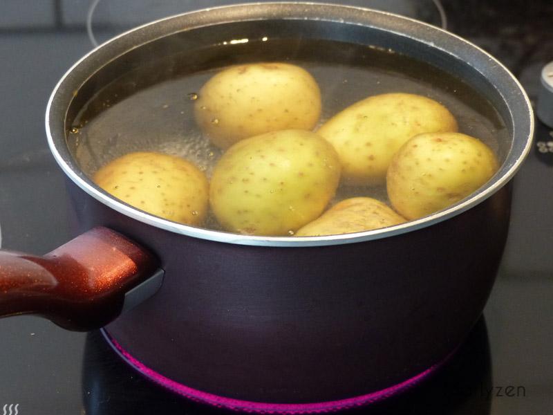 Faites cuire les pommes de terre à l'eau.