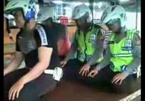Polisi Lecehkan Gerakan Sholat