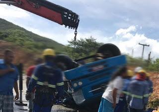 Caminhão carregado com cerveja tomba