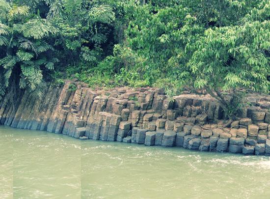 Bongkah Batu Bersusun Volkanik Sungai Balong Tawau Sabah