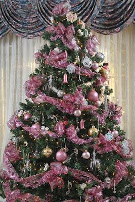 árbol de navidad decorado rosa