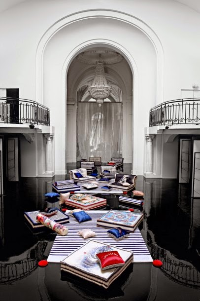 total inspiration canape roche bobois by jean paul gaultier. Black Bedroom Furniture Sets. Home Design Ideas