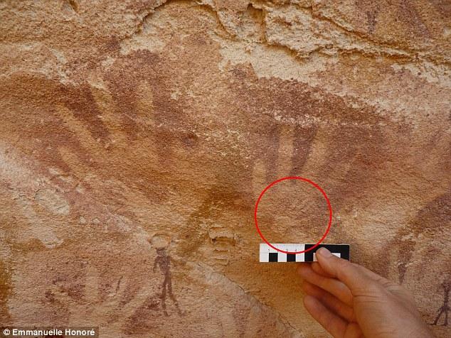 Ocultas enttre la gran cantidad de manos plasmadas en las paredes de roca se encuentran otras manos mucho más pequeñas (ver comparación) y con dedos más delgados y largos que lo normal. Análisis científicos determinaron que las huellas no fueron hechas con manos de bebés humanos, como se pensaba anteriormente.