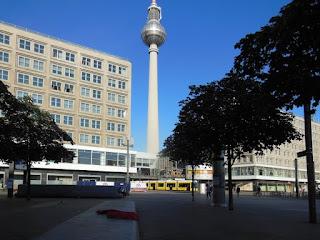 Sommer - Der Alexanderplatz in der morgendlichen Sonne