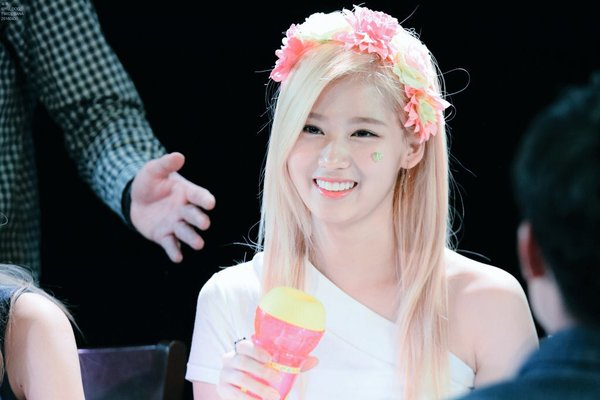 Twice Sana Is A Flower Goddess Daily K Pop News
