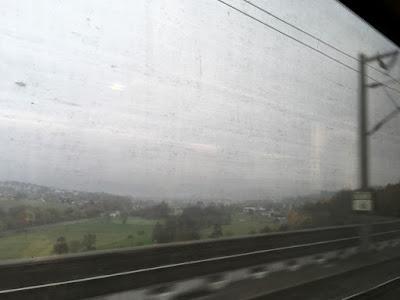 Blick aus dem Zugfenster ins Tal