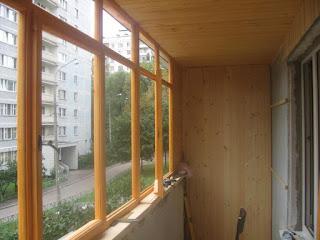Холодное остекление балкона деревом