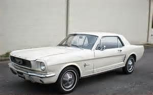 Tidak harus membeli mobil mewah mungkin Mercedes Benz atau mobil Audi. Yang terpenting bisa untuk membawa keluarga bepergian dengan mudah. Harga mobil baru mungkin masih terasa untuk kita dan saat ini, tapi sebuah mobil bekas yang terawat sudah lebih dari cukup.
