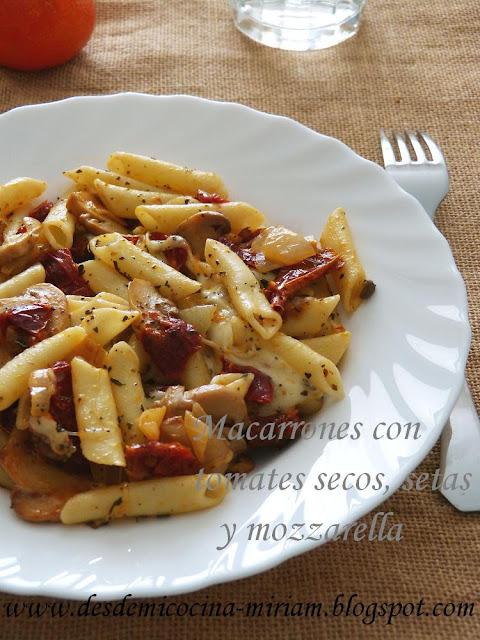 Macarrones con tomates secos, setas y mozzarella