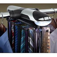 Un distributeur de cravate motorisé pour un dressing bien rangé.