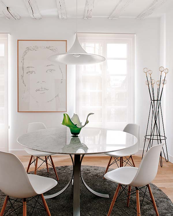 mesa con sobre de mármol y sillas tolix vintage chicanddeco