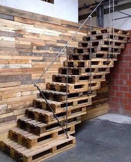 Escalera hecha de pallets de madera reciclados