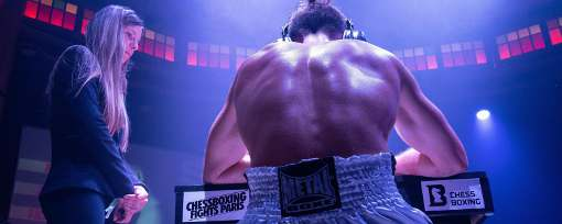 L'arbitre internationale d'échecs Anémone Kulczak officiait dans les 3 combats de Chessboxing au Cabaret Sauvage - Photo © Le Figaro